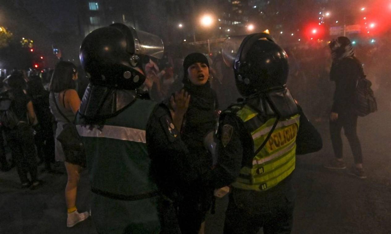 Um ativista confronta a polícia no centro da Cidade do México Foto: Pedro Pardo / AFP