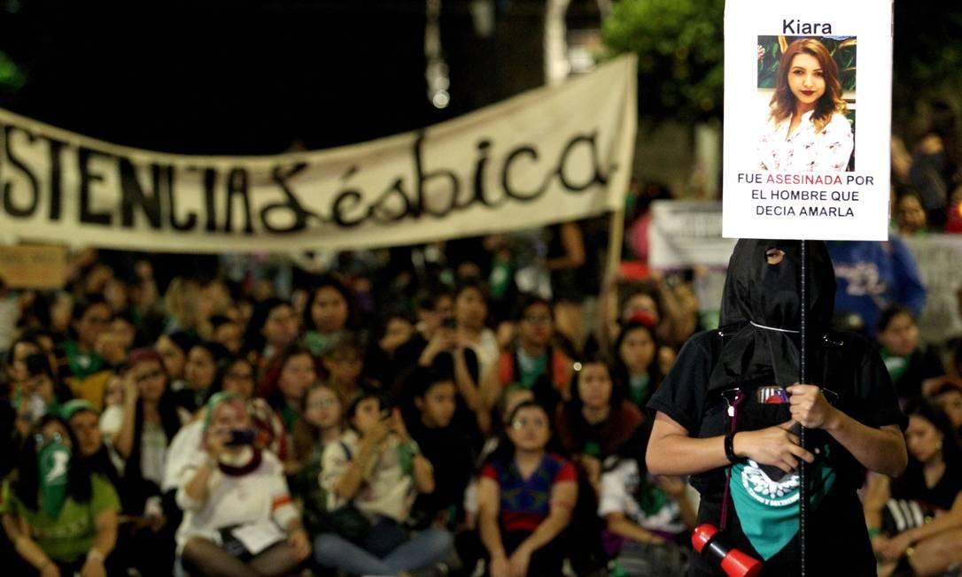 """""""Kiara foi assassinada por um homem que dizia que a amava"""", diz cartaz com a foto de vítima de feminicídio em Guadalajara, México Foto: Ulises Ruiz / AFP"""