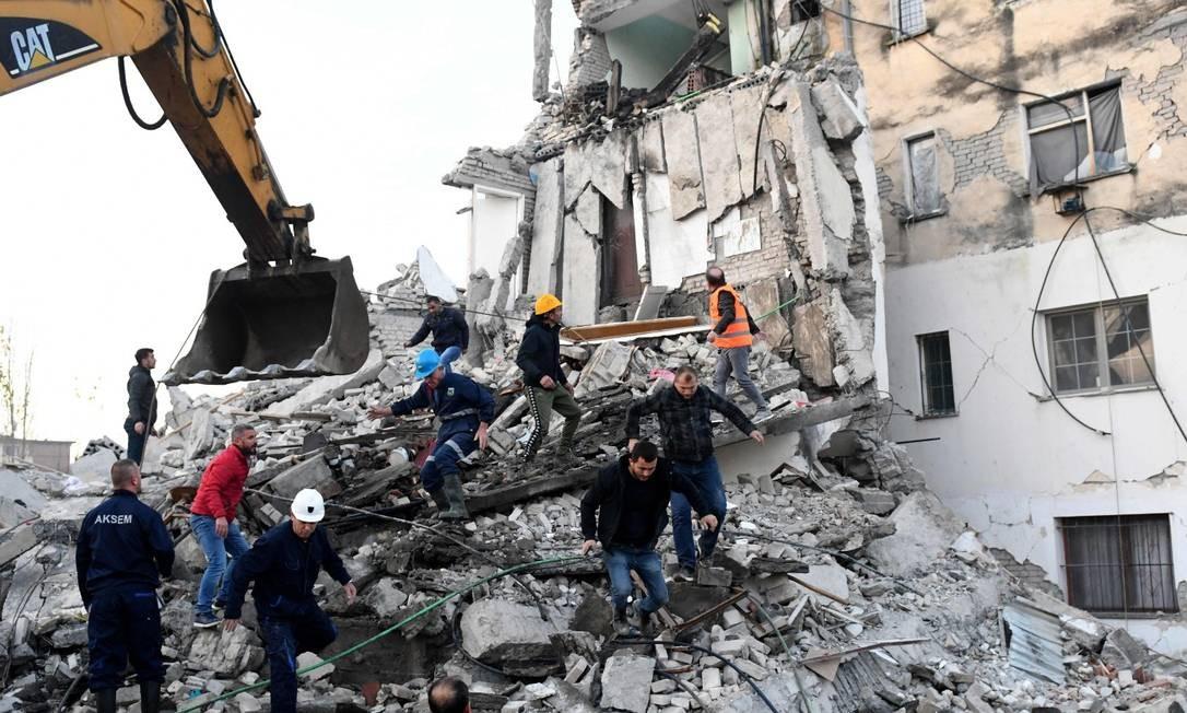 Equipes de emergência trabalham para resgatar soterrados em escombros na cidade de Thumane, ao norte de Tirana Foto: GENT SHKULLAKU / AFP