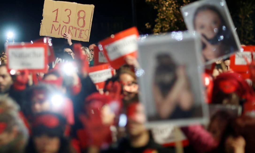 Mulheres também protestaram em Nantes, França, no Dia Internacional do Combate à Violência Contra a Mulherem Santiago, capital do Chile Foto: Stephane Mahe / Reuters