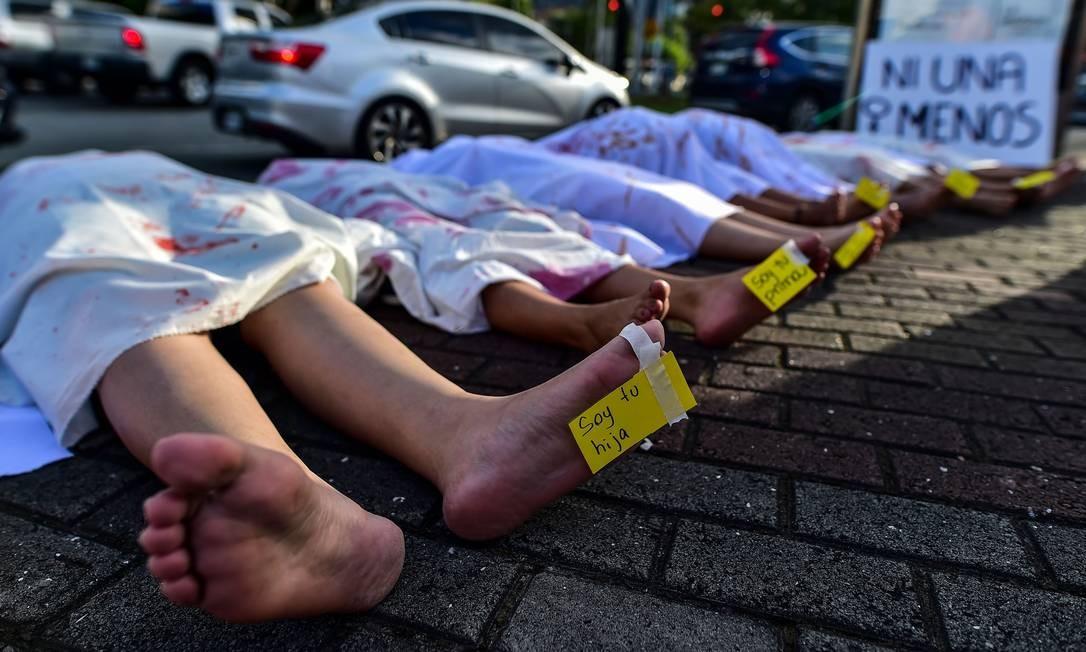 Panamá: Mulheres performam em memória das mulheres vítimas de feminicídio na capital do país Foto: Luis Acosta / AFP