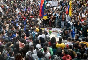 Colombianos participam de vigília por Dilan Cruz, jovem manifestante morto após ser atingido por membro do Esquadrão Móvel de Distúrbios (Esmad) durante protesto Foto: RAUL ARBOLEDA / AFP