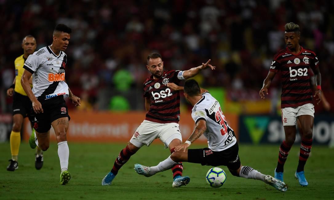 Flamengo e Vasco estão entre os clubes que contam com patrocínio de site de aposta Foto: Mauro Pimentel / AFP