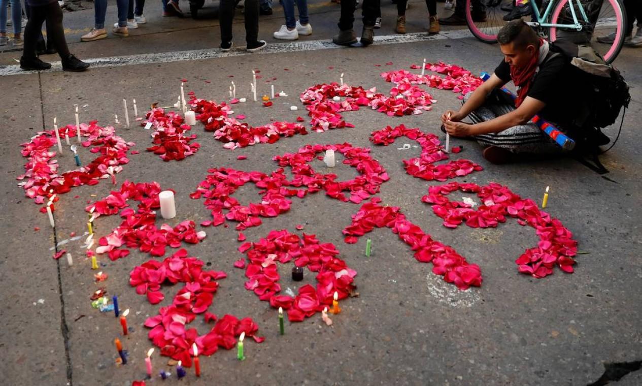 Nome do jovem morto foi escrito com flores no chão durante vigília em Bogotá Foto: CARLOS JASSO / REUTERS