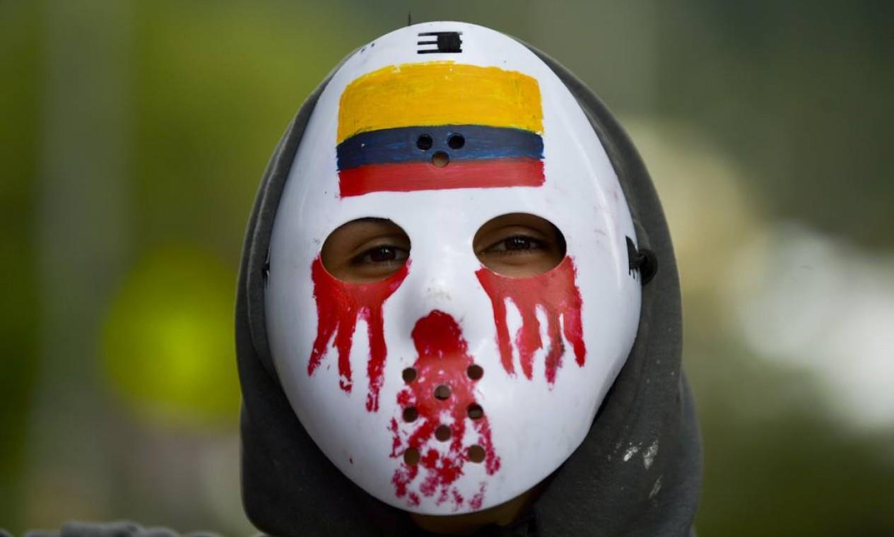 Um estudante mascarado participa de uma vigília por Dilan Cruz Foto: RAUL ARBOLEDA / AFP
