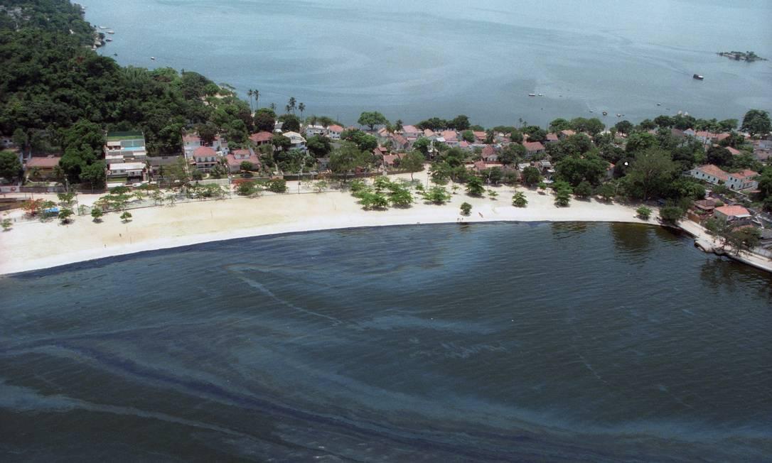Último grande vazamento de óleo no Brasil foi na Baía de Guanabara Foto: Marco Antônio Cavalcanti / 19.01.2000
