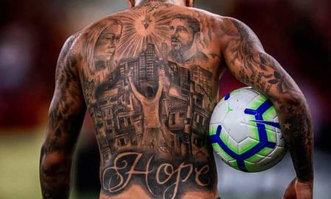 O detalhe das tatuagens nas costas de Gabigol Foto: Reprodução