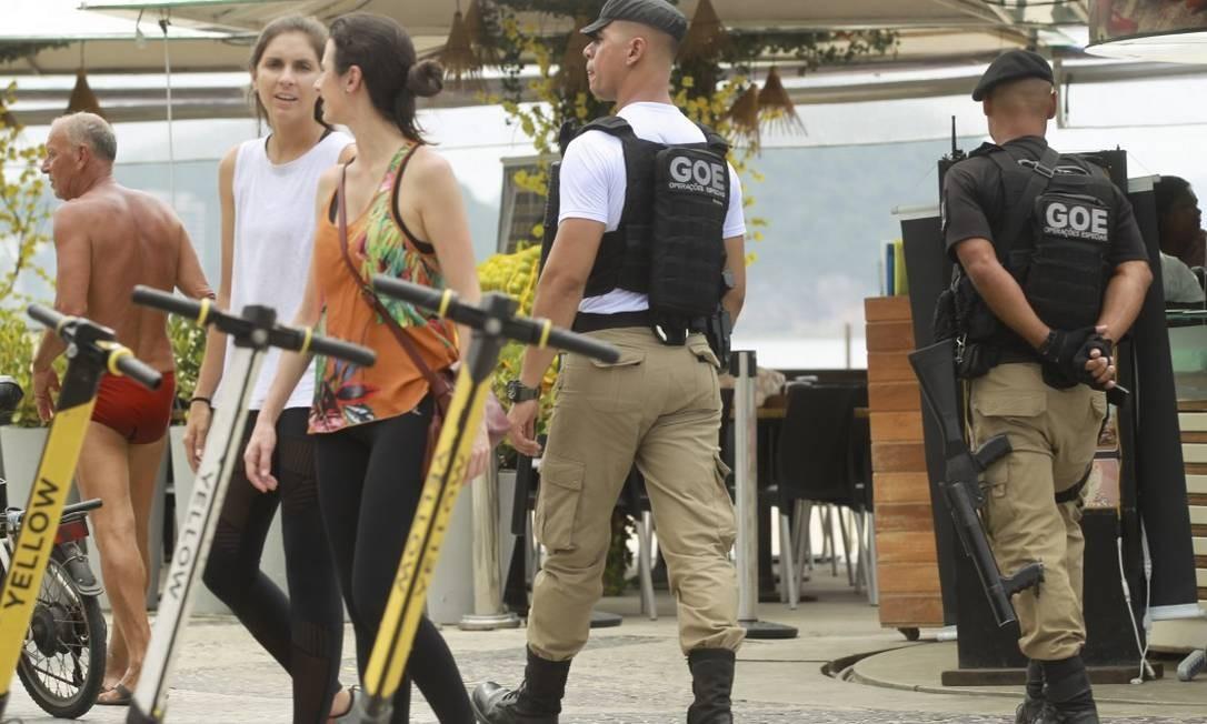 Guarda Municipal participa da Operação Verão na orla de Copacabana Foto: Gabriel de Paiva / Agência O Globo