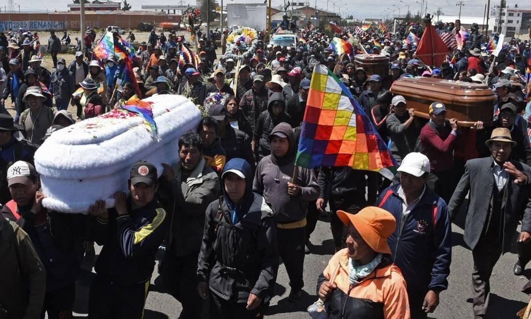 Manifestantes carregam os caixões de dois dos oito mortos durante confrontos em uma fábrica de combustível na cidade de El Alto Foto: AIZAR RALDES / AFP/21-11-2019