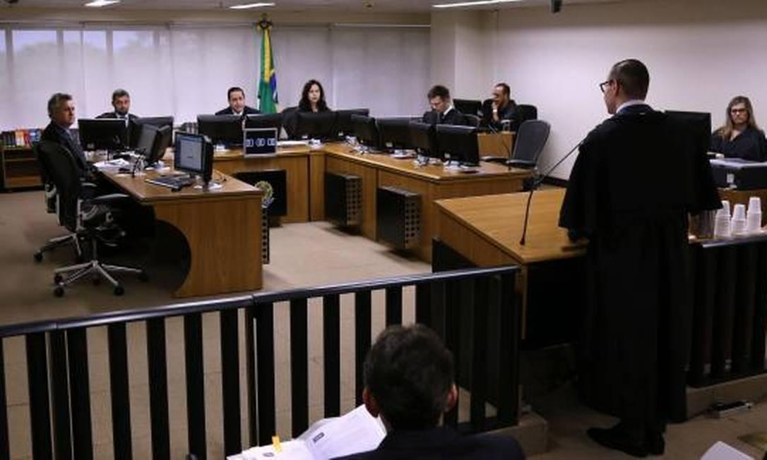 Resultado de imagem para TRF-4 mantém condenação e aumenta pena de Lula