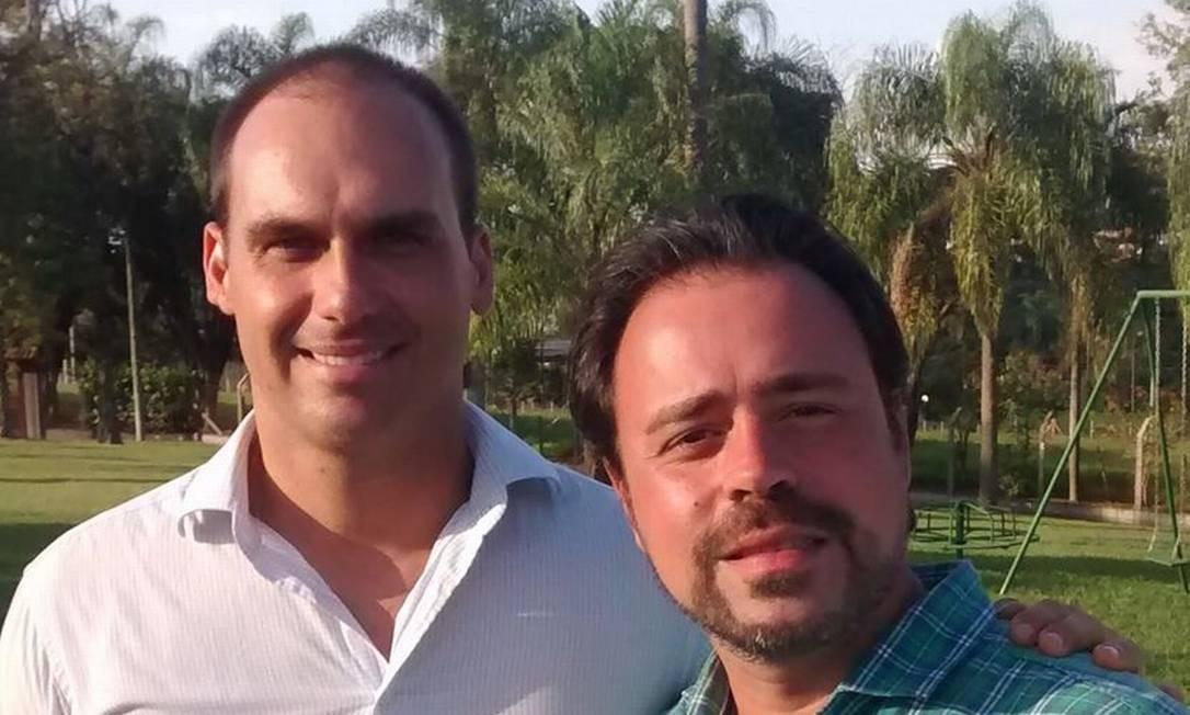 Camilo Calandreli (à direita), ao lado do deputado Eduardo Bolsonaro Foto: Reprodução/Facebook