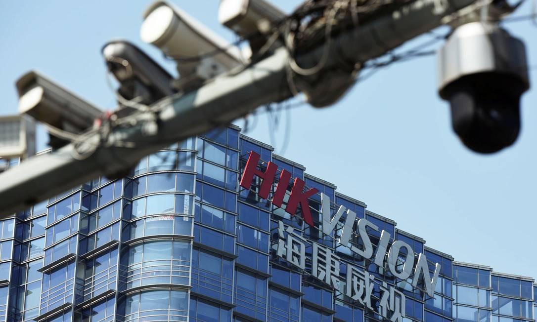 Câmeras de vigilância instaladas perto da sede da Hikvision, em Hangzou, na China Foto: CHINA STRINGER NETWORK / REUTERS