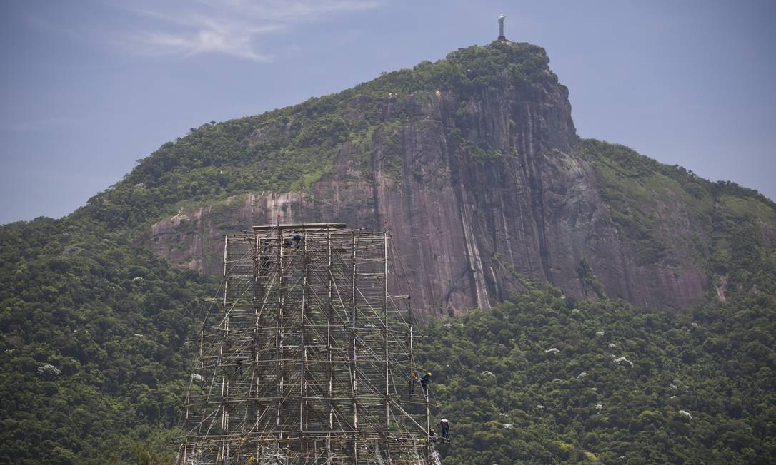 A Árvore de Natal da Lagoa passou a fazer parte do cenário do Rio em 1996, tornando-se símbolo de fim de ano para cariocas e turistas Foto: Márcia Foletto / Agência O Globo