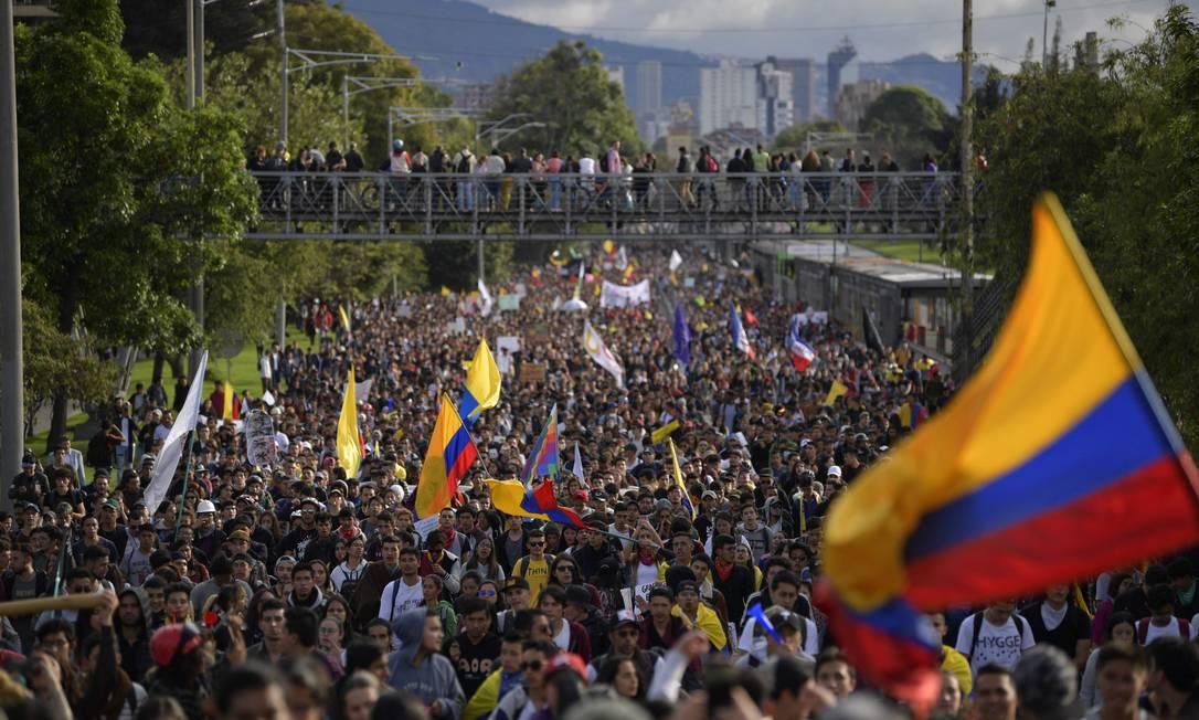Manifestantes marcham contra o governo em nova greve nacional em Bogotá Foto: RAUL ARBOLEDA / AFP