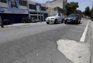 Rua esburacada na Zona Norte: enquanto cria despesas, gastos em saúde e conservação não são cumpridos Foto: Arquivo / 17/10/2019 / Marcos Ramos / Agência O Globo