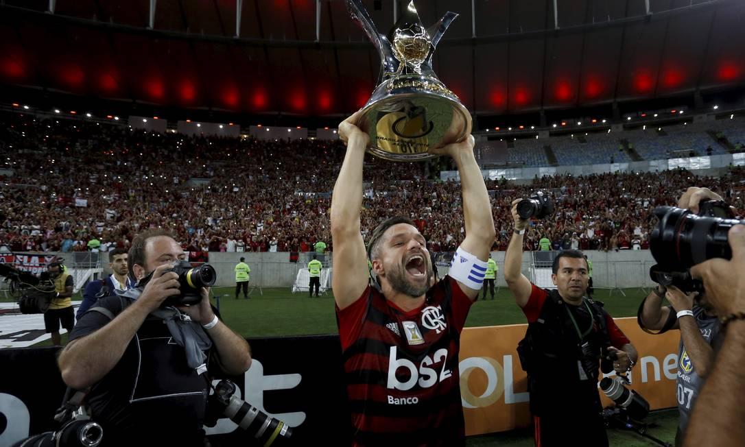 Diego ergue a taça de campeão brasileiro Foto: MARCELO THEOBALD / Agência O Globo