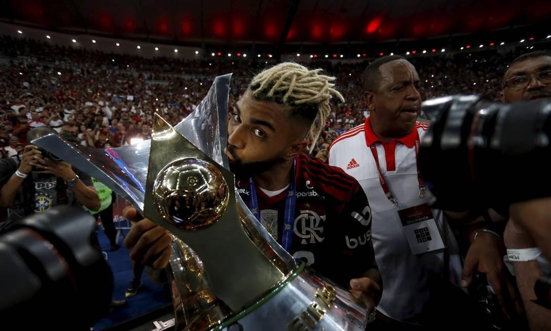 Gabigol beija a taça de campeão do Brasileirão Foto: MARCELO THEOBALD / Agência O Globo