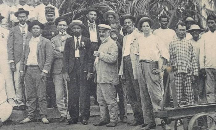 Uma das últimas fotografias em que aparace Stradelli (no meio), de 3/4 e com cigarro na mão, na viagem ao rio Branco (1904) Foto: Divulgação