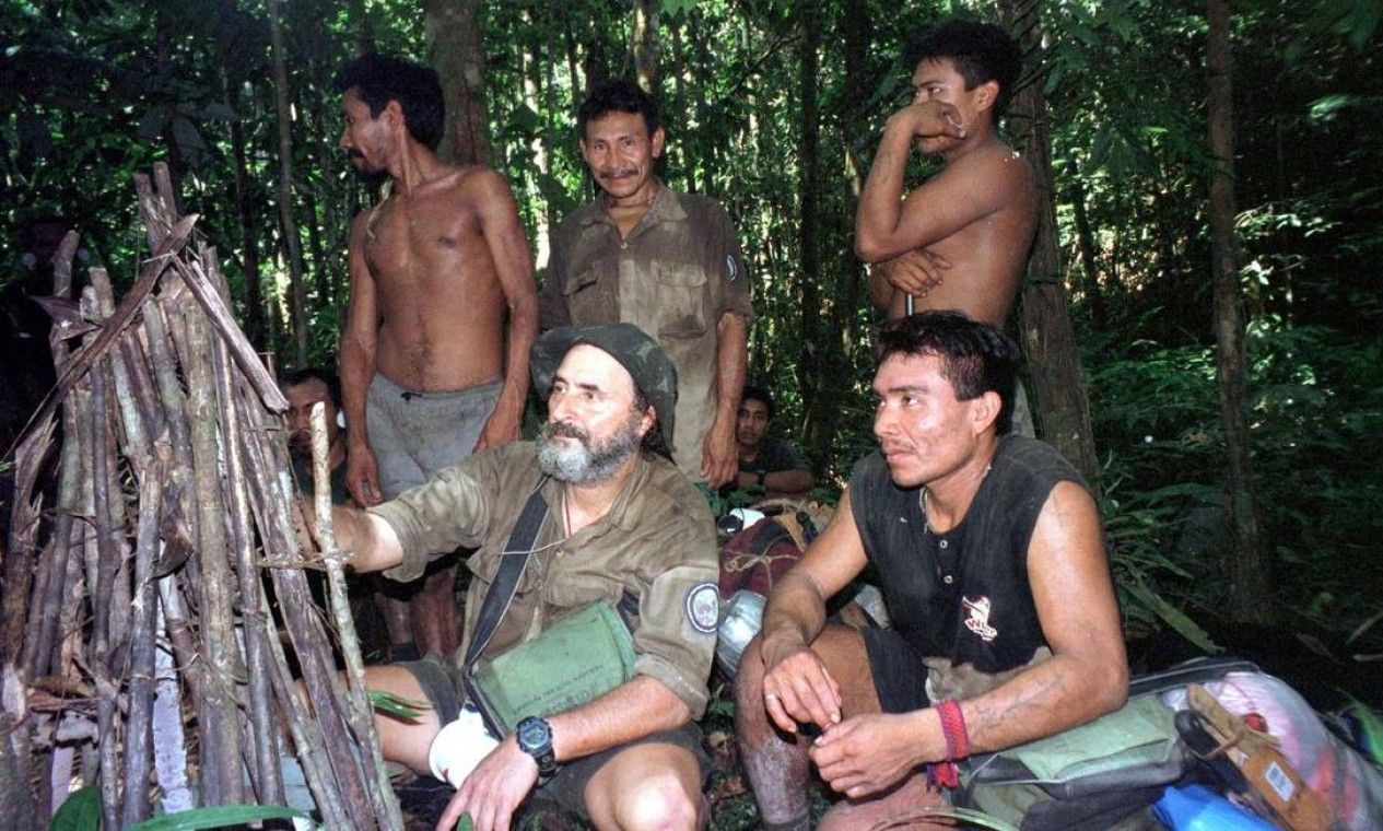 Expedição da Funai em 2002, ap Vale do Javari, Amazonas. Ao centro, o sertanista Sydney Possuelo com indígenas Kanamari avaliam vestígio de índios isolados Foto: Divulgação / Funai