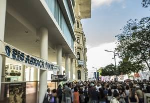 'Abraçaço' no Museu de Arte do Rio, em defesa da manutenção do museu Foto: Guito Moreto / Agência O Globo