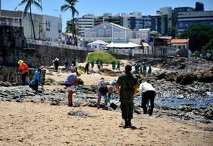 Limpeza do óleo que chegou à praia do Rio Vermelho, em Salvador, no início de novembro Foto: Felipe Iruatã/Zimel Press / Agência O Globo
