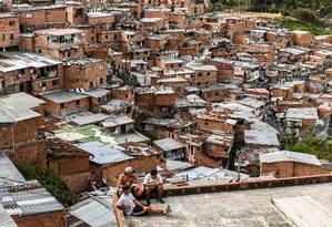 Moradores da favela Comuna 13, em Medelín, na Colômbia. País é um dos mais desiguais da América Latina, mas registrou avanços nos últimos anos Foto: JOAQUIN SARMIENTO / AFP