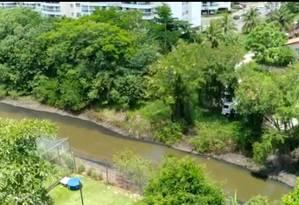 Imagens feitas por um morador mostram um caminhão idêntico ao usado pela Águas de Niterói no manejo de esgoto, ao lado do Canal do Camboatá, onde escorre líquido escuro e espeço. Foto: Foto do leitor / Divulgação