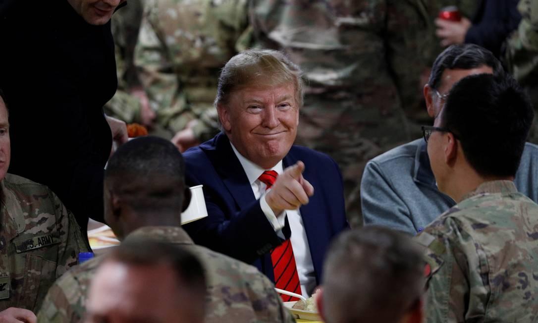 Presidente americano Donald Trump participa de ceia de Ação de Graças ao lado de militares americanos baseados no Afeganistão Foto: TOM BRENNER / REUTERS