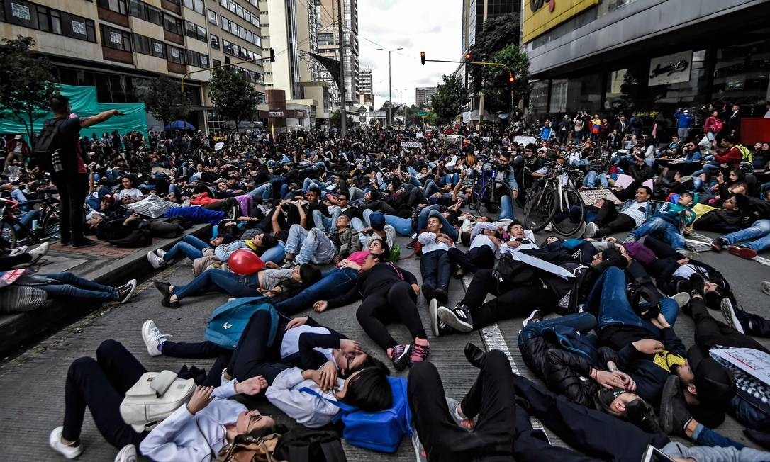 Jovens fazem vigília em Bogotá em homenagem a Dilan Cruz Foto: JUAN BARRETO / AFP/26-11-2019