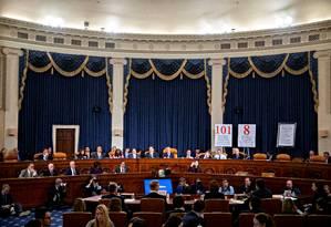 Comissão de Inteligência durante um dos depoimentos do inquérito que pode levar ao impeachment de Donald Trump. Sessões foram marcadas por revelações e críticas dos republicanos Foto: POOL / REUTERS
