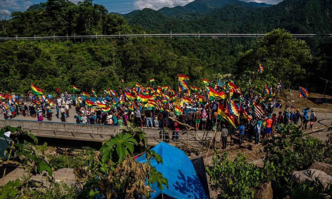 Apoiadores do ex-presidente da Bolívia Evo Morales bloqueiam uma ponte na rota entre Cochabamba e Santa Cruz: região produtora de coca foi onde Morales deu início a sua vida política, e onde os fazendeiros locais permanecem fiéis a ele e exigem sua volta ao poder Foto: / Federico Rios/The New York Times