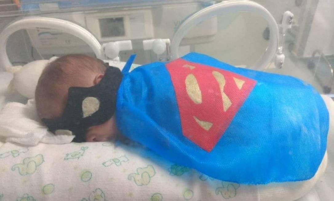 Um pequeno Super-Homem na luta pela vida. Bebês prematuros internados na UTI Neonatal do Hospital Municipal Rocha Faria (HMRF), em Campo Grande, na Zona Oeste, ganharam fantasias de super-heróis, formando a Mini Liga da Justiça Foto: Divulgação