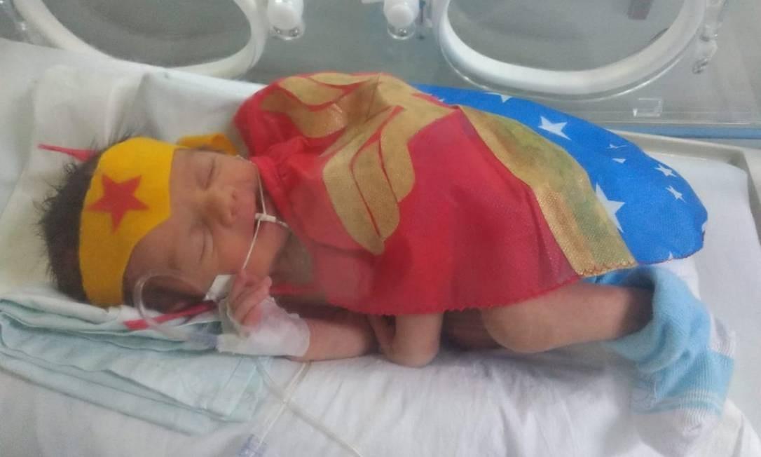 Maria Júlia: a Mulher-Maravilha da UTI neonatal do Rocha Faria. Bebês da unidade vieram ao mundo antes das 37 semanas de gestação. Ação visa, entre outros objetivos, trazer alegria para os pais dos bebês, que aguardam ansiosos pela alta médica Foto: Divulgação