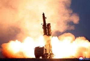 Imagem divulgada pela agência norte-doreana KCNA mostra o teste do sistema de lançamento múltiplo de foguetes em local não revelado Foto: KCNA / AFP/KCNA VIA KNS