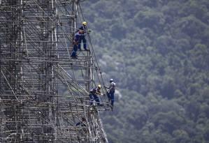 Árvore de Natal da Lagoa de 70 metros começa a ganhar forma Foto: Márcia Foletto / Agência O Globo