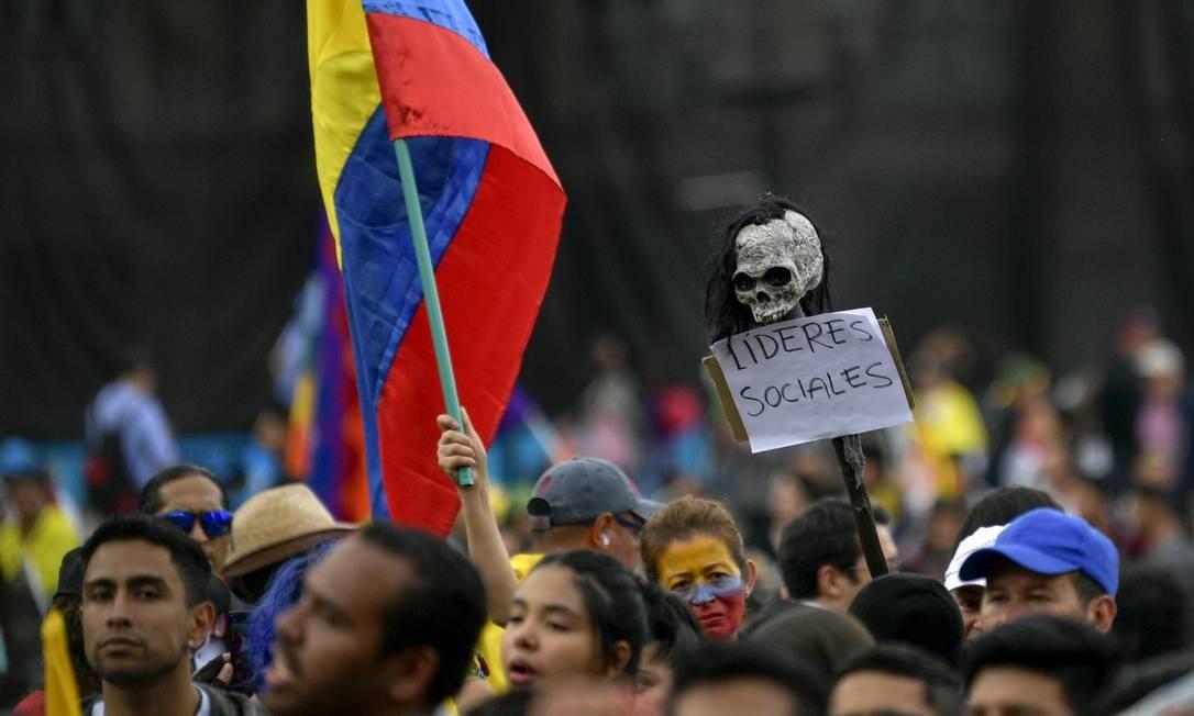 Manifestantes protestam contra morte de líderes sociais durante marcha em Bogotá Foto: RAUL ARBOLEDA / AFP