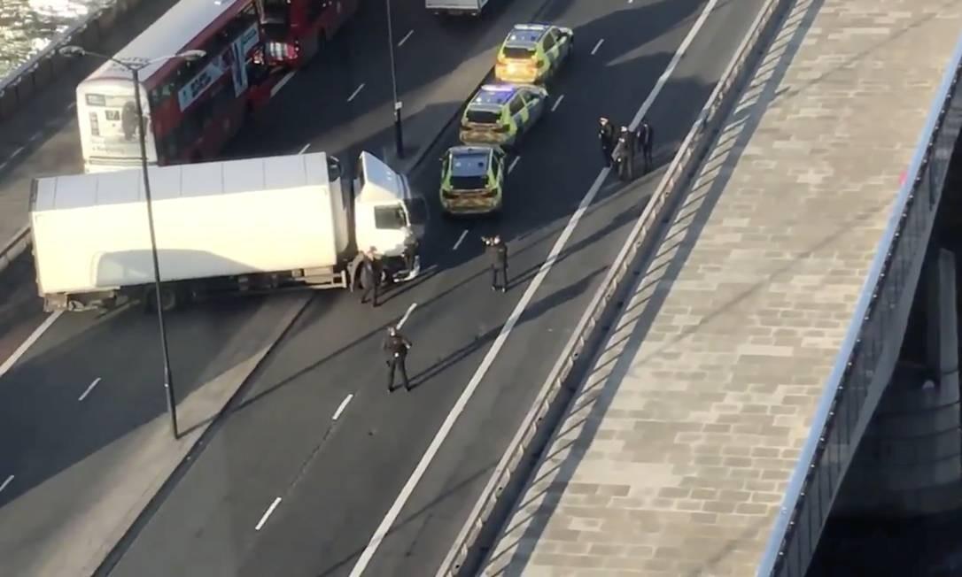 A cena do crime: polícia foi chamada para atender a um alerta de esfaqueamento na Ponte de Londres Foto: Luke Poulton / Reuters