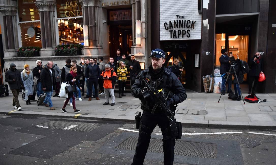 Policiamento foi reforçado no local, e a Scotland Yard pediu que as pessoas evitassem a área Foto: Ben Stansall / AFP