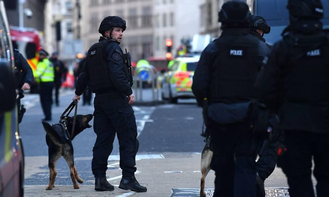Cães farejadores foram usados na varredura do local. Chefe da unidade antiterrorista do Reino Unido contou que o suspeito tinha um artefato explosivo falso atado às roupas Foto: Ben Stansall / AFP