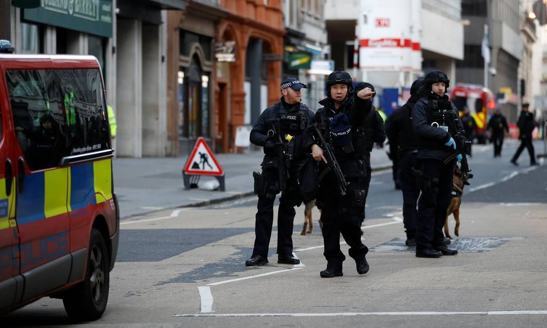 Policiamento foi reforçado também em estações do metrô nos arredores do ataque Foto: Peter Nicholls / Reuters
