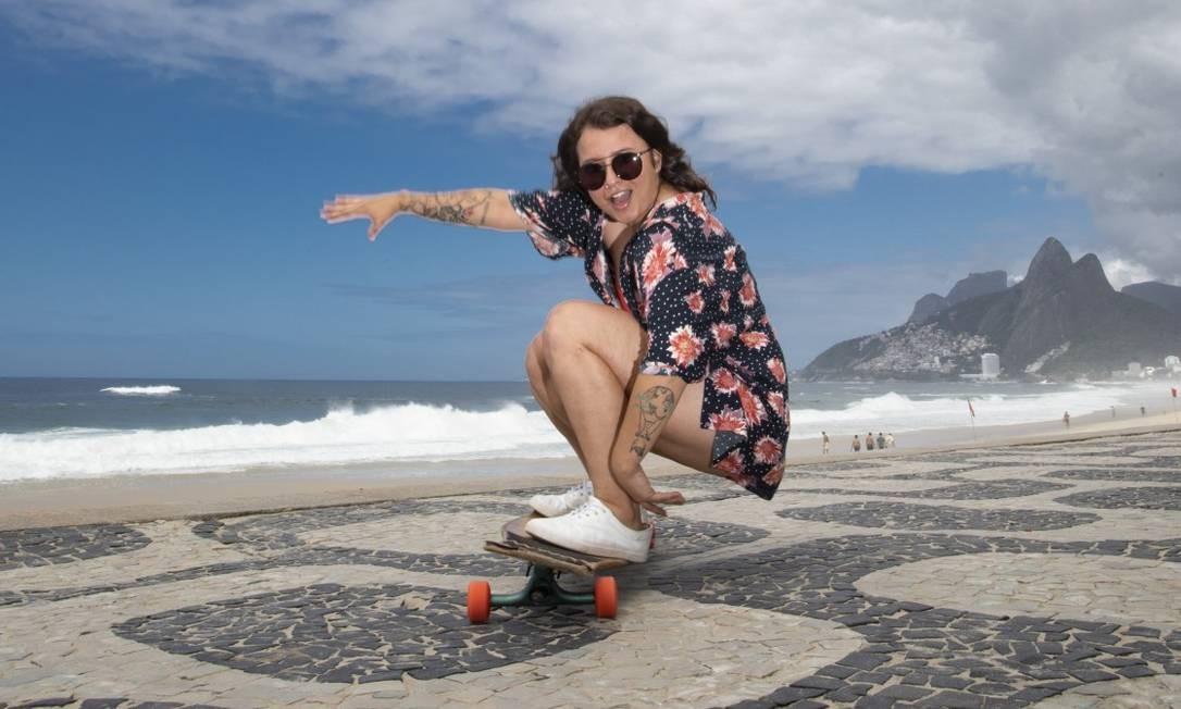 Kimberly Garcia com seu skate, no Arpoador Foto: Ana Branco / Agência O Globo