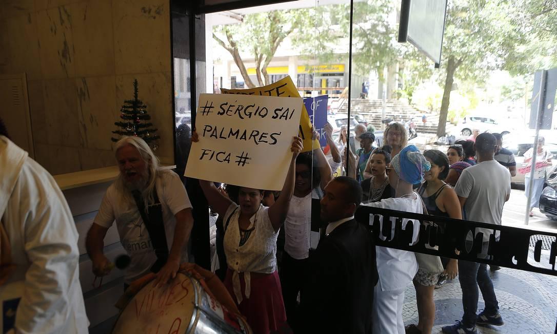 Manifestantes protestam na Fundação Palmares Foto: Jorge William / Agência O Globo