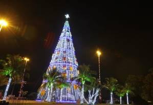 Na quarta-feira, a árvore da Natal estava quase pronta: na praça do Rádio Amador, peças embaladas que vão compor a Vila de Papai Noel. Foto: Marcelo de Jesus / Agência O Globo