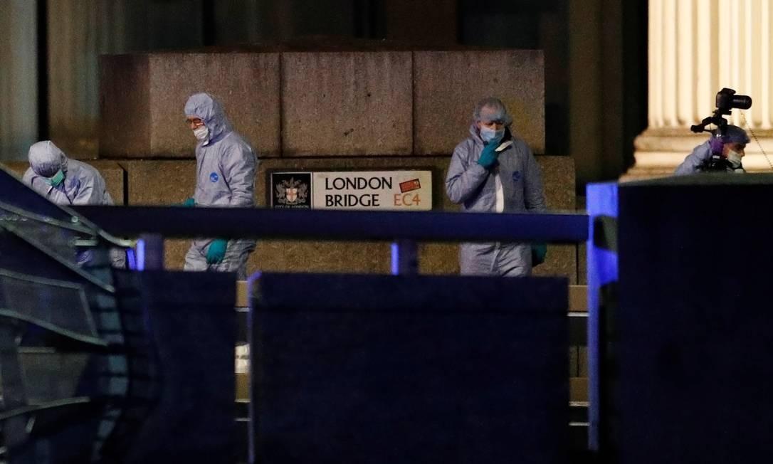 Oficiais forenses trabalham no local do incidente, na Ponte de Londres Foto: PETER NICHOLLS / REUTERS