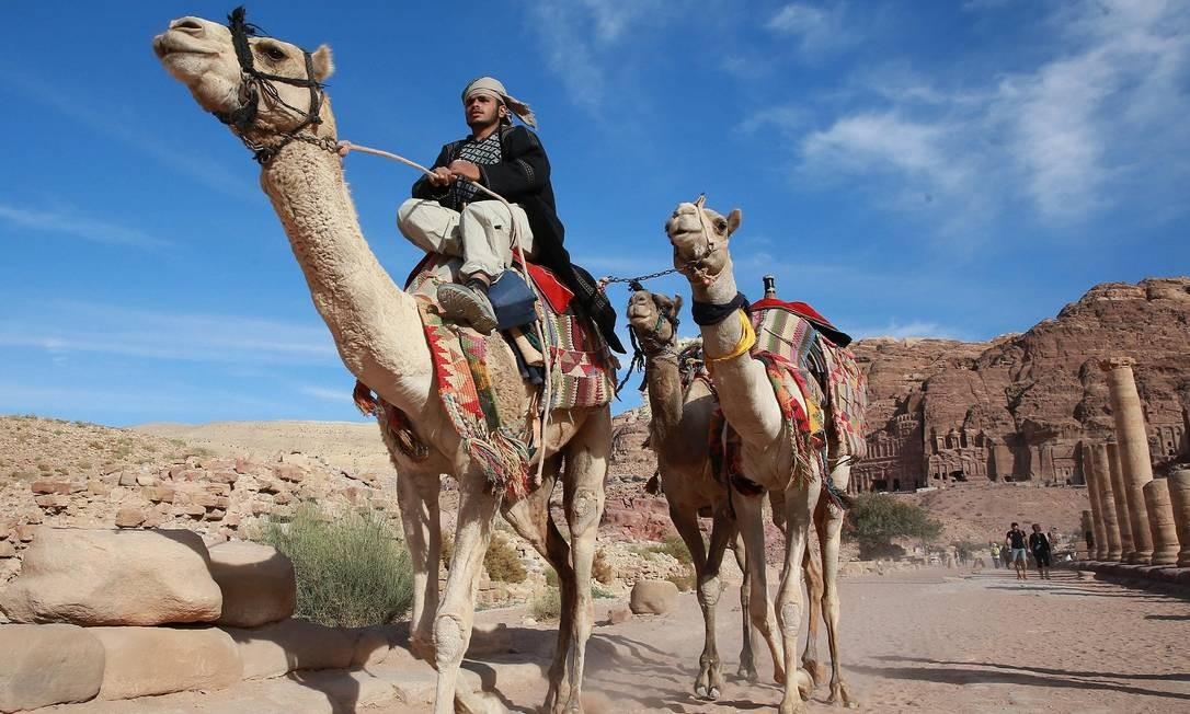 Passeios de camelo em Petra são comuns Foto: AHMAD ABDO / AFP