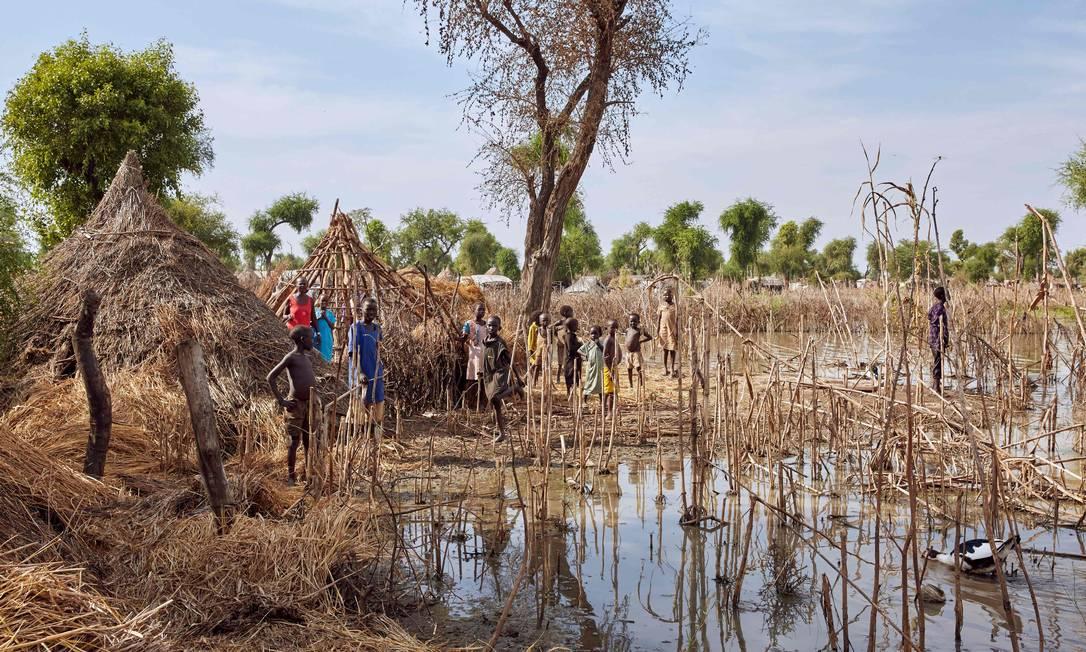 Inundação destruiu moradias em campo de refugiados na região de Maban, no Sudão do Sul, em novembro deste ano; chuvas desalojaram mais de 420 mil pessoas no país africano Foto: Alex Mcbride / AFP