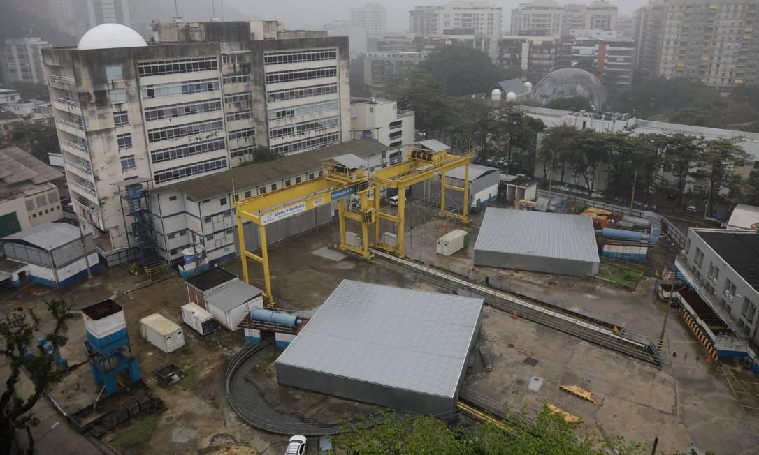 As obras da estação da Gávea: buraco está cheio de água desde 2018 Foto: Brenno Carvalho/5-9-2019 / Agência O Globo