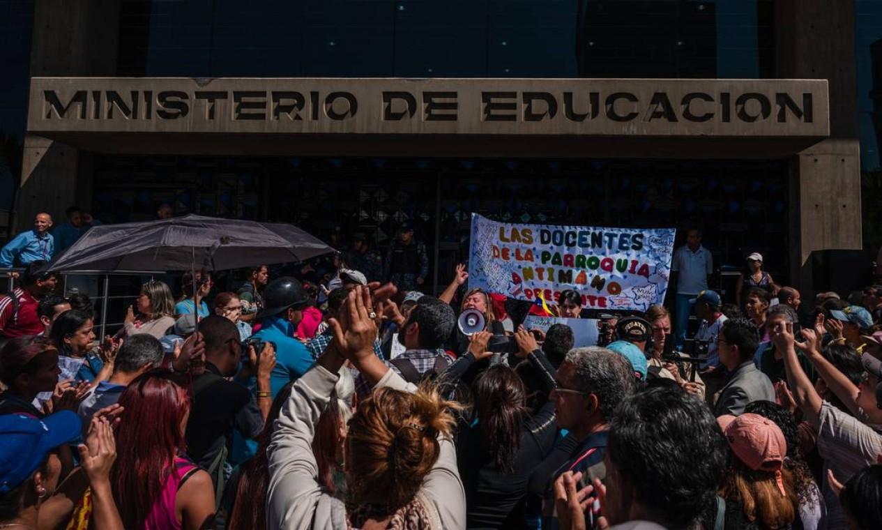 Professores venezuelanos pedem aumento de salário diante do Ministério da Educação, em Caracas: muitos deixaram o país ou mudaram de profissão Foto: ADRIANA LOUREIRO FERNANDEZ/The New York Times