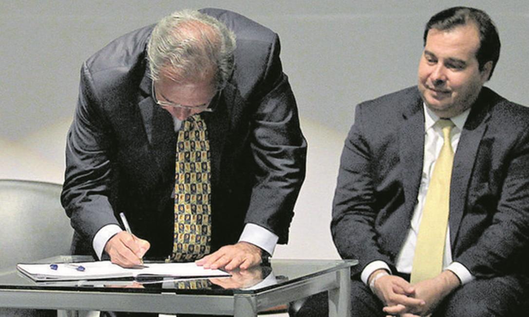 Guedes toma posse como ministro, em janeiro, ao lado do presidente da Câmara, Rodrigo Maia. Foto: Jorge William