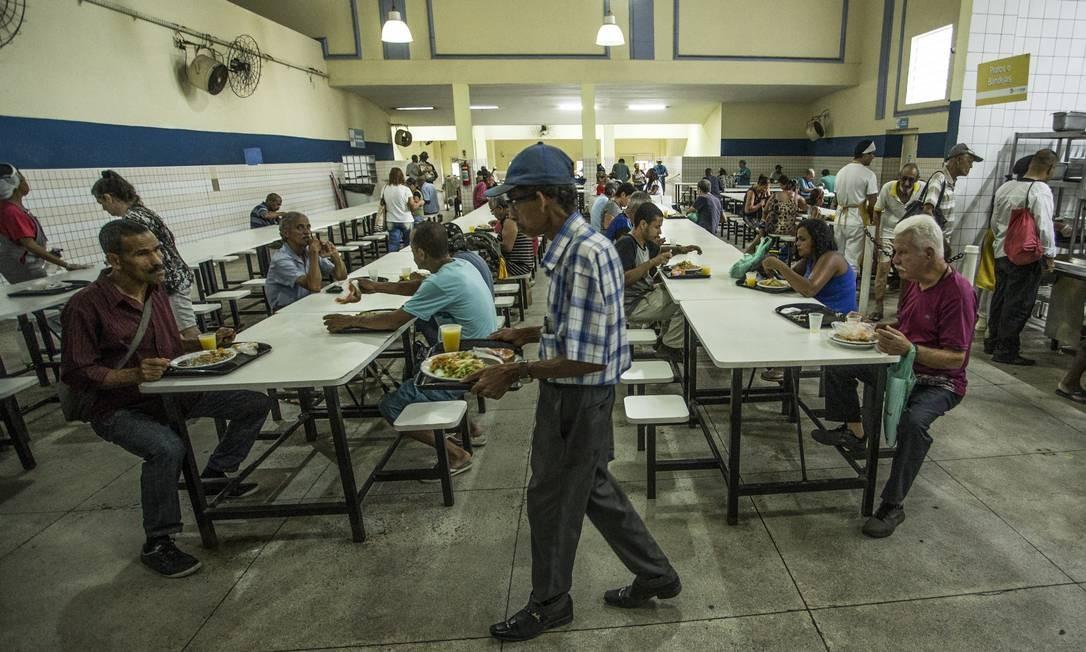 No Restaurante Popular de Campo Grande, aposentados, famílias inteiras e moradores de rua são bem atendidos por R$ 2 Foto: Guito Moreto / Agência O Globo